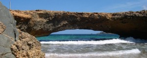 a picture of the natural bridge in aruba before it collapsed