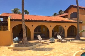 a picture of the arashi beach rental villa in aruba, one of the eight best beachfront rental villas in Aruba