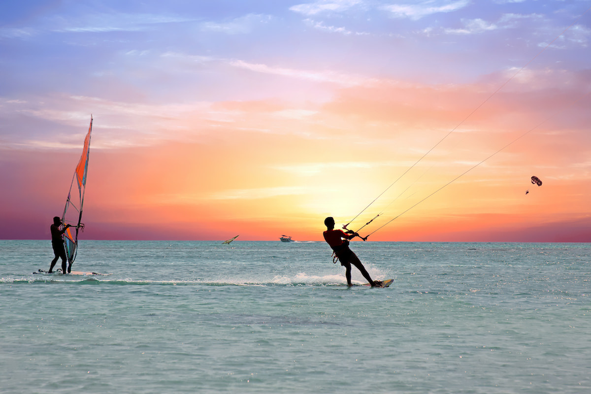 a picture of people kitesurfing and windsurfing at barcadera beach aruba